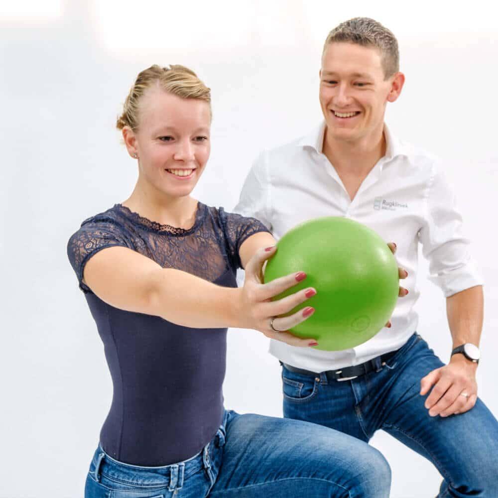 De symptomen bij spit verschillen per persoon. Sommige mensen hebben alleen last van een zeurende pijn onderin de rug, terwijl anderen een stekende acute pijn laag in de onderrug met uitstralende pijnklachten in de billen of bovenbenen ervaren.
